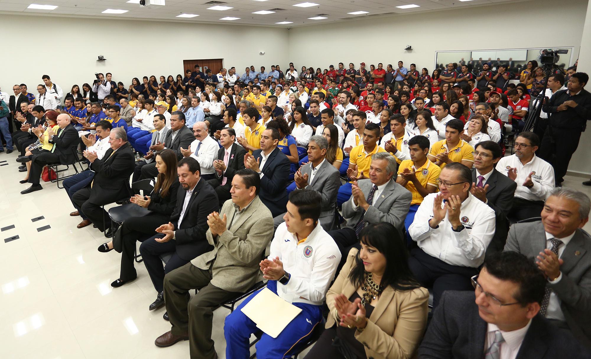 Extra Directores, entrenadores y deportsitas de distinas Preparatorias y Facultades asistieron al evento de Premiación
