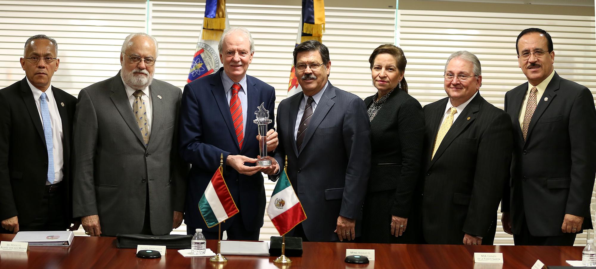 Extra Los secretarios de la UANL estuvieron durante la visita del Empajador de Hungría