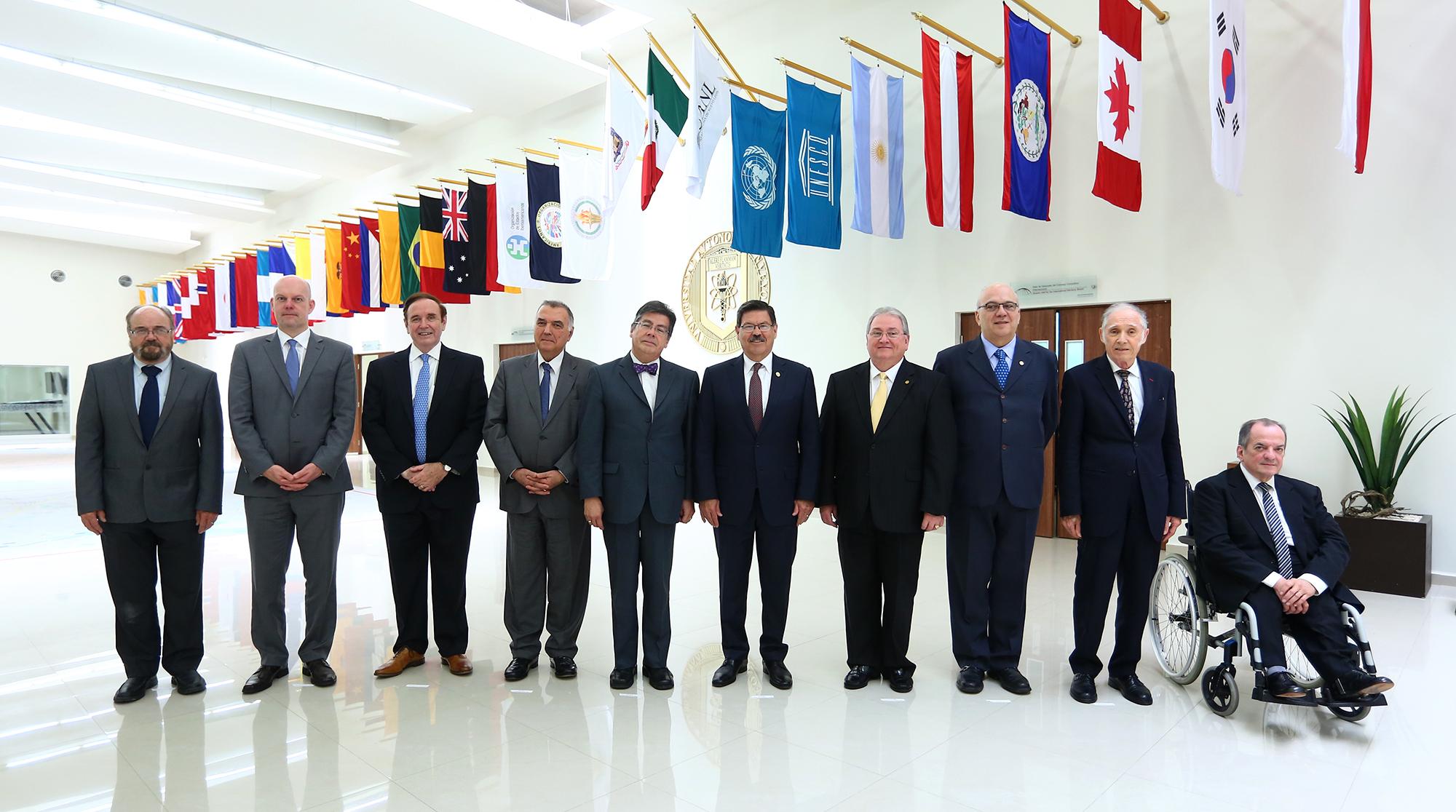 12El Rector con Integrantes del Consejo Consultivo Internacional - copia
